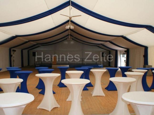 Innendekoration blau/weiß in 15m breitem Zelt